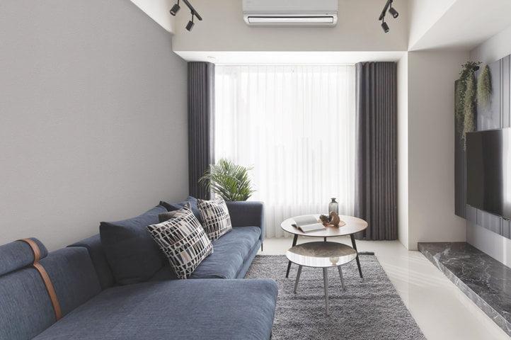Giấy dán tường một màu xám xi măng sau Sofa