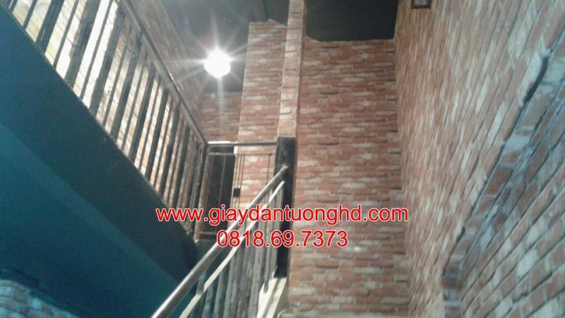 Thi công giấy dán tường giả gạch cầu thang màu đỏ nâu