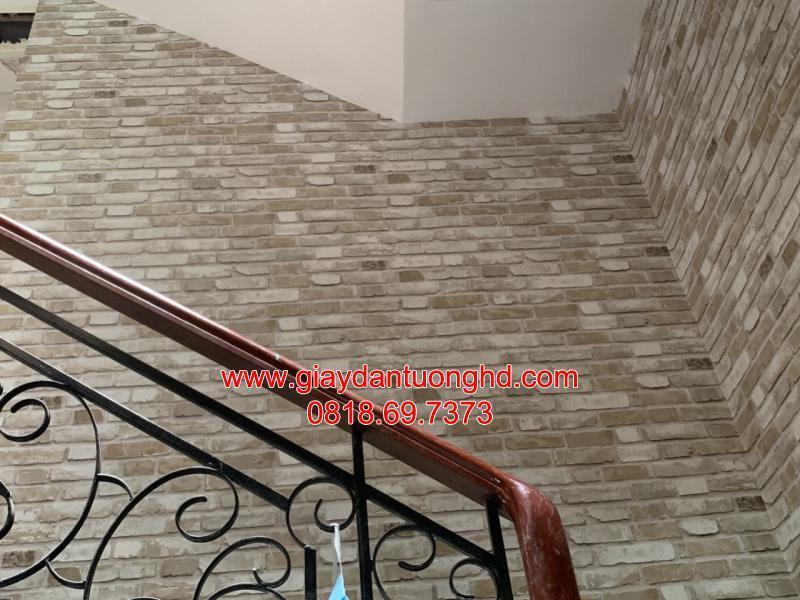 Thi công giấy dán tường giả gạch cầu thang màu xám đất